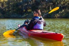 Der Mann fährt auf dem Fluss Kayak Stockbild