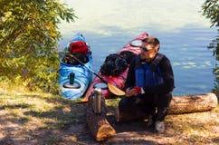 Der Mann fährt auf dem Fluss Kayak Stockfotografie