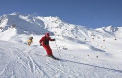 Der Mann fährt an einem Skiort Ski Stockfoto