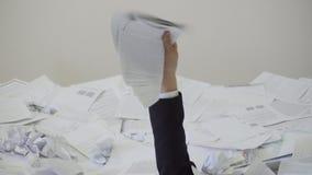 Der Mann fand ein wichtiges Dokument im Bündel von unnötigen Dokumenten stock video footage