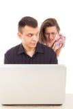 Der Mann fing genau im Moment des Liebesbetrugs betrügend über dem Internet Stockfoto