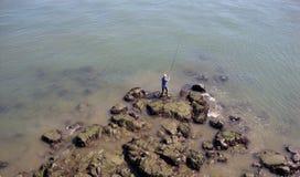 Der Mann fischt stockbild