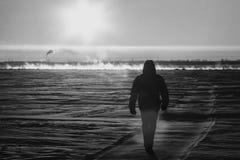 Der Mann geht entlang das Eis Stockbilder