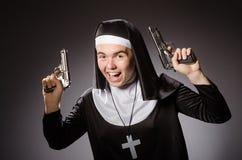 Der Mann gekleidet als Nonne Stockbild