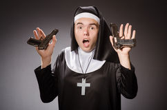 Der Mann gekleidet als Nonne mit Pistole Lizenzfreie Stockbilder