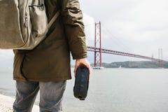 Der Mann hält die Gläser der virtuellen Realität und betrachtet das 25. von April-Brücke in Lissabon Das Konzept der virtuellen R Lizenzfreies Stockfoto