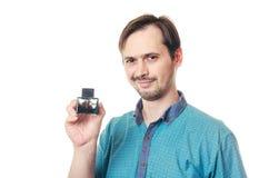 Der Mann hält Parfüm in einer Hand Stockfotografie