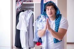 Der Mann hilflos mit schmutziger Kleidung nachdem dem Trennen von der Frau lizenzfreie stockfotos