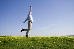 Der Mann hoch springend zum Erfolg stockfotografie