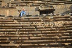 Der Mann, der im Amphitheater in Bosra sitzt stockbilder