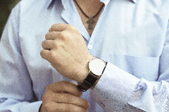 Der Mann im hellblauen Hemd trägt eine luxary Uhr Lizenzfreie Stockbilder