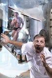 Der Mann im Labor lizenzfreie stockfotos