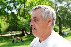 Der Mann im Park Stockbilder