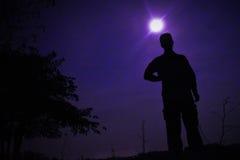 Der Mann im purpurroten Vollmond Lizenzfreie Stockfotografie