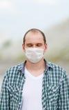 Der Mann im Respirator Schutz gegen Viren Stockbilder
