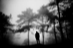 Der Mann im Wald mit dichtem Nebel Lizenzfreie Stockbilder