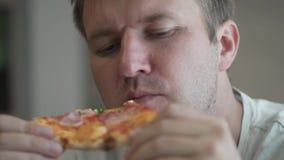 Der Mann isst Pizza stock video footage