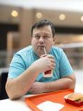 Der Mann isst Schnellimbiß Stockfotos