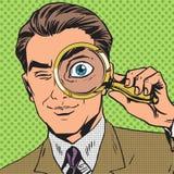 Der Mann ist ein Detektiv, der durch das Vergrößern schaut Stockfotografie