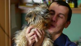 Der Mann ist mit dem Hund freundlich Innenliebe von Haustieren stock video