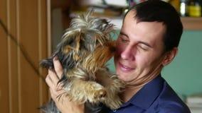 Der Mann ist mit dem Hund freundlich Liebe von den Haustieren Innen stock video