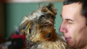 Der Mann ist mit dem Hund freundlich Liebe von Haustieren stock video