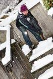 Der Mann ist Schnee schaufelnd mit einem Schneeschieber Stockfotografie