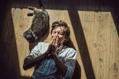 Der Mann ist zu einer Katze allergisch Ein Mann niest wegen der Tatsache, die nahe bei einem Haustier lizenzfreie stockfotografie