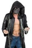Der Mann kleidete im mit Kapuze Mantel mit Kette an Stockfoto