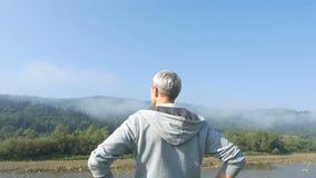 Der Mann laufen in die Berge am Morgen stock footage