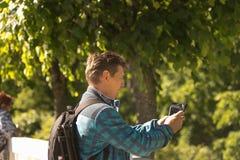 Der Mann macht Fotos mit dem Telefon Stockbilder