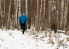 Der Mann mag in den Winterwald laufen Lizenzfreies Stockfoto