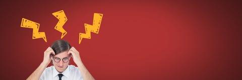 Der Mann, der mit Blitzschlag denkt, kritzelt auf rotem Hintergrund Lizenzfreies Stockfoto