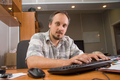 Der Mann mit Computer Stockbild