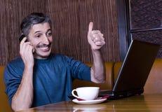 Der Mann mit dem Laptop und dem Telefon Lizenzfreie Stockfotografie