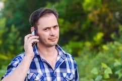 Der Mann mit dem Telefon Stockfotos