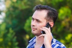 Der Mann mit dem Telefon Stockbilder