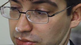 Der Mann mit dem weißen Pulver auf der Nase zuckt stock video