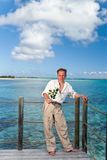 Der Mann mit einer Rose in den Händen auf der Küste Lizenzfreie Stockbilder