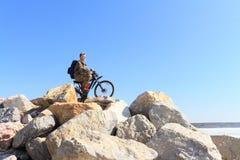 Der Mann mit Fahrrad Stockbilder