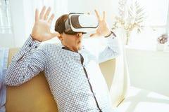 Der Mann mit Gläsern virtueller Realität Zukünftiges Technologiekonzept Stockfotografie