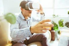 Der Mann mit Gläsern virtueller Realität Zukünftiges Technologiekonzept Lizenzfreie Stockfotografie