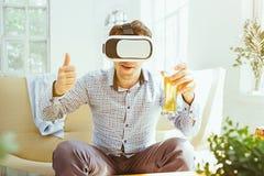 Der Mann mit Gläsern virtueller Realität Zukünftiges Technologiekonzept Lizenzfreie Stockfotos