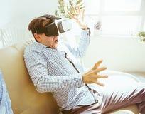 Der Mann mit Gläsern virtueller Realität Zukünftiges Technologiekonzept Stockbild