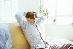 Der Mann mit Gläsern virtueller Realität Zukünftiges Technologiekonzept Lizenzfreies Stockfoto