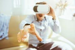 Der Mann mit Gläsern virtueller Realität Zukünftiges Technologiekonzept Lizenzfreies Stockbild