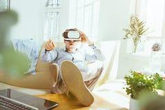 Der Mann mit Gläsern virtueller Realität Zukünftiges Technologiekonzept Lizenzfreie Stockbilder