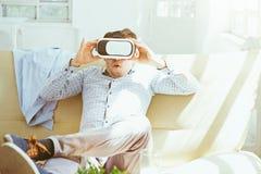 Der Mann mit Gläsern virtueller Realität Zukünftiges Technologiekonzept Stockfotos