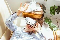 Der Mann mit Gläsern virtueller Realität Zukünftiges Technologiekonzept Stockbilder