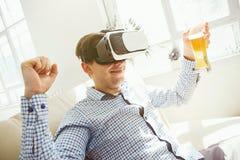Der Mann mit Gläsern virtueller Realität Zukünftiges Technologiekonzept Stockfoto